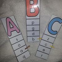 Afin de travailler la reconnaissance des lettres en capitales et leur correspondance en script, j'ai fait une série de petits jeux. Vive Pinterest pour trouver les idées ;-) Avec ce jeu les petits...