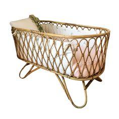 Craquez Pour Notre Lit bébé rotin flèche de lit. Capharnaüm, une déco vintage et esthétique, un large choix de mobilier pour enfants relooké à la demande.