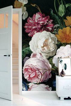Behang van KEK Amsterdam. De KEK Amsterdam oude bloemen-serie is er en diverse afmetingen en varieert van 194 tot 389 cm breed.Behangboek in winkel aanwezig!