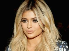 If there's one thing King Kylie is the ruler of, it's Kylie Jenner-approved beauty tips and tricks that get everyone's attention. The 18-year-old has certainly got this hair and makeup thing on lock (definitely way more than I did at age 18, to be honest), so it's no wonder her website and app