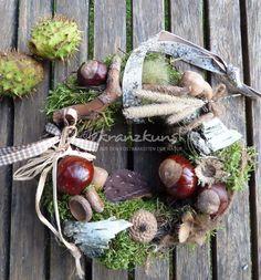 ♥♥*Zwischen frisch gefallenen Kastanien sitzt ein kleiner Igel und geniesst die Herbstsonne...*♥♥    +Ein entzückender kleiner Kranz zum Verschenken oder für Deinen Lieblingsplatz!+