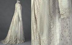 « Anonyme. Tea-gown (robe habillée pour réunions intimes), de Réjane 1898 - 1899. Voile en coton blanc, dentelle mécanique de coton blanche, entre-deux de dentelle mécanique de coton blanche, broderies blanches à motifs de fleurs (roses). © Eric Emo / Galliera / Roger-Viollet. » Read more at http://www.paperblog.fr/7080421/paris-belle-epoque/#uPP0iftqusOHPtHQ.99