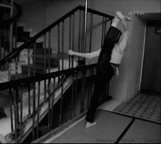 16 coisas que só quem é bailarina entende  16. Afinal, qualquer lugar é um ótimo lugar para praticar mais um pouquinho! <3