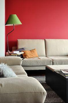 Sofás de tapicería de lino y patas de acero. Lámpra vintage en el rincón.  #sofás #salón #saladeestar #decoración
