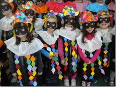 Disfraces Realizados Con Bolsas Carnival Crafts, Carnival Masks, Carnival Costumes, Cool Costumes, Crazy Hat Day, Crazy Hats, Theme Carnaval, Costume Carnaval, Pierrot Costume