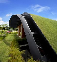 Unique Sloping Roof Garden + Meera Sky Garden House in Singapore by Guz Architects Singapore-based studio Guz Architects designed the Meera Sky Garden House located in Singapore. Architecture Durable, Architecture Cool, Sustainable Architecture, Landscape Architecture, Landscape Design, Singapore Architecture, Garden Design, Innovative Architecture, Green Landscape