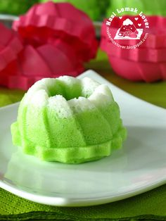 Puteri Ayu (steamed mini pandan sponge cake) , launch of My Kedai Runcit Coconut Desserts, Asian Desserts, No Bake Desserts, Baking Recipes, Snack Recipes, Dessert Recipes, Cupcake Recipes, Snacks, Pandan Cake