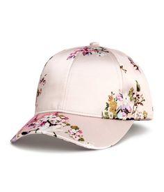 Pudra/çiçekli. Baskı desenli saten şapka. Astarlı.