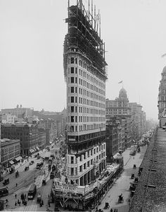 When built over 100 years ago the Flatiron building in New York was famous not for it's height but for its unique architecture, structure-wise. Ever since 1902 photographers and media in general depict the Flatiron Building as an iconic building of New Yo Flatiron Building, Building Building, Vintage New York, Old Pictures, Old Photos, Rare Photos, Edificio Flatiron, Photo New York, Photos Rares