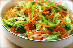 """Ensalada 7 sabores Ingredientes para 4 porciones 4-5 tazas de hojas de lechuga romana lavada y cortada 1 tomate cortado en 8 gajos ¼ de taza de cebolla rebanada finamente 1 taza de brócoli lavado y cortado en """"arbolitos"""" ¾ de taza de zanahoria cortada en tiritas (la """"pelé"""" con mi súper pelador de vegetales) ¼ de taza de pimentón verde cortado en pedacitos 1/3 de taza de vinagreta que se prepara con 4 cucharadas de aceite de oliva, 2 cucharadas de vinagre balsámico, 1 cucharada de miel y…"""