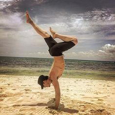 Eric Balfour doing handstand on the beach at Playa del Carmen, in Mexico. Eric posted this pic on his Instagram and Twitter, on Saturday May 14, 2016: @ERICBALFOUR: Amo México... and getting to do some yoga on the beach! Representin for the E&R #electricandrose""