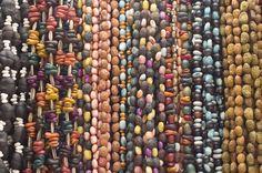 Adornos, pulceras, collares y demás, son algunas de las tantas #artesanias que adornan los #mercados mexicanos. ¿Ya tienes tu recuerdo de viaje?