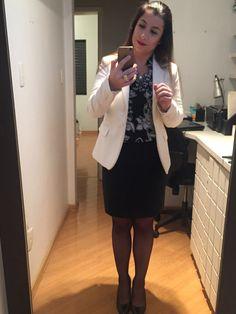 Look de trabalho: saia lápis preta, camisa estampada é blazer off-white.