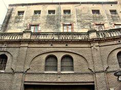Edifici comercial modernista de principis del segle XX en la Muralla de Sant Antoni.