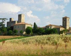 """Le Portail de Chambres d'Hôtes, Gîtes & Meublés de Tourisme http://www.trouverunechambredhote.com vous fait découvrir les Villes, Villages de France et d'Outre-mer ainsi que les hébergements à proximité.  Aujourd'hui c'est  le  Village de SAINTE MERE dans le GERS.  SAINTE MERE  est bâti sur une butte, le château de ce merveilleux village est considéré comme le prototype du """"château gascon"""" de la fin du XIIIe siècle."""