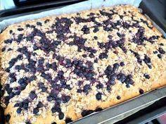 Måste tipsa dig om en magisk kaka att baka i långpanna! Denna räcker till många, är god så tungan krullar sig, saftig och den går att frysa om ni inte orkar sätta i er hela kakan på en gång. Ät den med len vaniljsås så får man smaka på en liten del av himlen. Uppepå kakan har vi en havrecrumble som