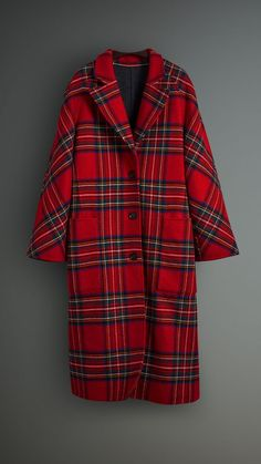 A long tailored coat cut for an oversized silhouette. Sporting a bold tartan pattern, it is woven in double-faced wool with touches of cashmere. Go head-to-toe tartan with plaid accessories. Tartan Fashion, Look Fashion, Coats For Women, Clothes For Women, Cool Coats, Burberry Coat, Burberry Women, Vogue, Mode Plus
