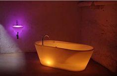 Sie mag nicht jedermanns Geschmack treffen, doch fraglos ist die leuchtende Badewanne von LTT ein Eyecatcher. Erhältlich ist sie in diversen Farben und – der Clou an der Sache – als multichromatische LED-Variante. Somit kann man je nach Stimmung in knalligem Grün Baden oder einen warmen, gelblichen Farbton suchen und sich die Kerzen sparen. Die …