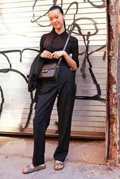 I like this cuz she looks so natural, effortless and relaxed Street Style: New York Fashion Week Spring 2014 - Estilo Birkenstock, Birkenstock Style, New York Street Style, Nyfw Street Style, Casual Street Style, Street Chic, Street Fashion, Street Beat, Fashion Week 2018