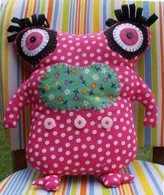 Almofada Monstrinho 03 - Monster Art - Almofada em formato de monstrinho, com acabamento em feltro e botões. R$54.00