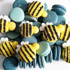 #bumblebee #macarons by @sweet_syshell #macaronslady #bee by macaronslady