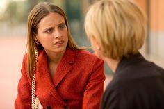 Um dos principais looks de Bea é um terno vermelho – cor-ícone nos filmes de Almodóvar – com brincos Dior Tribale e a bolsa Diorama
