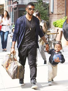 Awarded primary custody of Usher IV and Naviyd Ely, see how the singer is raising two boys solo Celebrity Airport Style, Celebrity Babies, Celebrity Singers, Celeb Style, Usher Fashion, Mens Fashion, Usher Raymond, Z Cam, Hip Hop Fashion