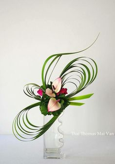 images of ikebana flower arrangementBy Thai Thomas Mai Van . i know this is a floral, but it would also look neat as a ribbon for a pretty package.Lecture d'un message - mail Orange Plus Contemporary Flower Arrangements, Creative Flower Arrangements, Unique Flower Arrangements, Ikebana Flower Arrangement, Ikebana Arrangements, Unique Flowers, Small Flowers, Colorful Flowers, Arte Floral