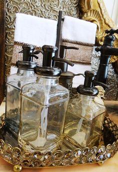 Com jeito de botica! As garrafas com visual retro, tiram a decoração do lavado do lugar comum. O vidro em tom âmbar é um luxo! #produtomaison #garafasdecorativas  #decoracao #lavabo #maisondubanho