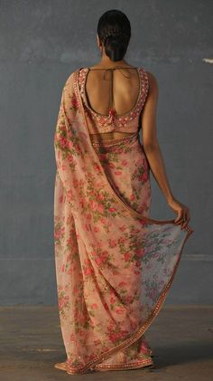Feminine and charming, this pink and fuchsia floral printed viscose chiffon saree has great movement. This printed saree is perfect for parties and other formal events and will add some magic to your look.Components : Saree With Unstitched Blous Floral Print Sarees, Saree Floral, Printed Sarees, Printed Blouse, Saree Blouse Patterns, Saree Blouse Designs, Indian Dresses, Indian Outfits, Royal Dresses