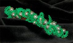 This month's pattern is very simple, although it looks like it's not. This barrette is done with only rings with beads at the joins, then the whole length is scrunched together and glue…