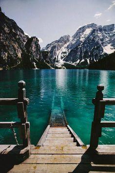 L'image contient peut-être: montagne, ciel, plein air, eau et nature