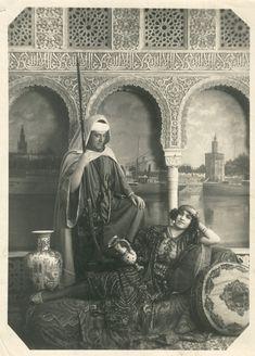 Turistas disfrazados en un escenario de Sevilla. Andalusia Spain, Medieval, Mona Lisa, Spanish, Armies, Artwork, Painting, Places, Childhood Memories