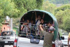 Het ophalen van de gehandicapte kinderen in de barrio's om ze vervolgens naar school te brengen.