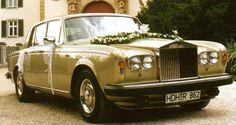Dieser Rolls Royce Silver Shadow II in Gold kann bei Martina Neumayer in… Rolls Royce Silver Shadow, Antique Cars, Gold, Velvet, Bathing, Vintage Cars, Yellow