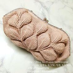 나뭇잎 핸드백 완성..여러가지 할게 많아서 한 번에 끝내려고 똑딱 핸드백으로 마무리..정사각에서 나머지 ... Crochet Shoes, Crochet Round, Crochet Patterns Amigurumi, Knit Or Crochet, Crochet Crafts, Crochet Stitches, Crochet Handbags, Crochet Purses, Crochet Bouquet