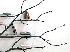 """Existe um ditado que diz que """"boas ideias não nascem em árvores"""", mas com certeza ele não conhece Sebastian Errazuriz. O criativo designer provou que boas ideias estão em qualquer lugar, até mesmo em frente à sua casa, no formato de árvores frondosas ou com galhos secos de inverno. Em sua prateleira Bilbao, Sebastian usa como base o galho seco de uma árvore encontrado em uma rua de Santiago."""
