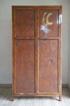 Armoires and vintage on pinterest for Patiner une armoire