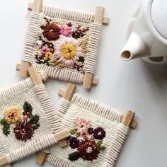 Ces quelques fleurs { broderie } sur tricot