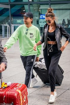 Louis Tomlinson and Eleanor Calder look stylish touching down in UK Eleanor Calder Outfits, Eleanor Calder Style, Celebrity Pictures, Celebrity Style, Celebrity News, Celebrity Couples, Louis Tomlinson Girlfriend, Ibiza, Edgy Outfits