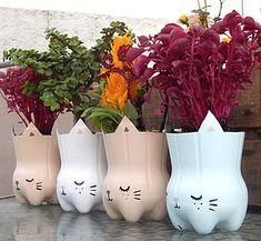 Macetas de botellas recicladas con carita de gato