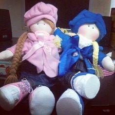 Boneca Sophia em look rosa ou azul. Mede 45cm e dá p trocar a roupinha.
