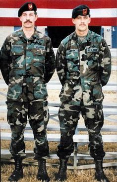 """Delta Force snipers and posthumous Medal of Honor recipients Randy Shughart and Gary Gordon. KIA in famous """"blackhawk down"""" battle in mogadishu somalia. Delta Force, Battle Of Mogadishu, Mogadishu 1993, Black Hawk Down, Medal Of Honor Recipients, Military Service, Military Brat, Military Personnel, Green Beret"""