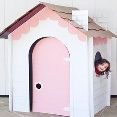 Playhouses made of cardboard are lots of fun and allow children to express their imagination and creativity. Let them decorate their own playhouses with fabric, paper or paint.