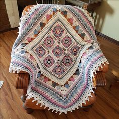 The CARNIVAL throw is designed by Annamarie Esterhuizen. It is a CAL which starts October 13, 2017 on Facebook:MANDALA QUEEN CROCHET THROWS. Kits can be ordered from the designer's online shop.