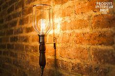 La baladeuse Zakari peut être utilisée à plat sur une commode, ou être suspendue au mur grâce à son support mural fourni. Elle allie à merveille le bois verni et le laiton argenté.