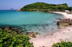 みんなが好きな海。長崎に信じられないほど綺麗で穴場の「人津久(ひとつく)」というビーチがあるのを知っていますか?海水浴場として夏場は公開されていますが、人ごみになるようなことはなく、のんびりと絶景が堪能できるのが魅力。