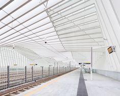 Scala esterna della stazione ferroviaria mediopadana dell'alta velocità, realizzata a Reggio Emilia dallo studio di architettura Calatrava. Exterior of Mediopadana railway station, built in Reggio Emilia and designed by Calatrava.