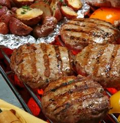 """Naked"" Turkey Burgers w/ Grilled Red Potatoes 1 lb lean ground turkey 1 egg white tsp. Worcestershire sauce garlic powder cup finely chopped onion tsp poultry seasoning 2 tsp dijon mustard (mix together well and form patties. Think Food, I Love Food, Food For Thought, Good Food, Yummy Food, Tasty, Healthy Recipes, Cooking Recipes, Top Recipes"