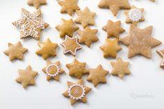 Voňavé, zdobené medovníky k Vianociam patria. Recept na tieto medovníčky mám od mami. Predtým sme skúšali rôzne druhy cesta, ale buďto sa medovníčky rozlievali, alebo boli tvrdé. U týchto sa nemusíte báť. Sú ihneď po upečení mäkké a preto ich nemusíte piecť dlho dopredu. A nezabudnite upiecť pár medovníčkov na ozdobu na stromček. Gingerbread Cookies, Cupcakes, Christmas Recipes, Sweet, Desserts, Food, Tailgate Desserts, Ginger Cookies, Cupcake